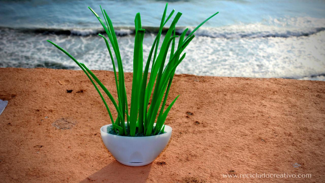 Miniatura de planta sansevieria con material reciclado